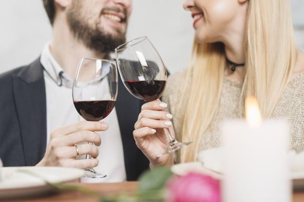 ritaglia-le-coppie-che-ridono-avendo-vino_23-2148025316